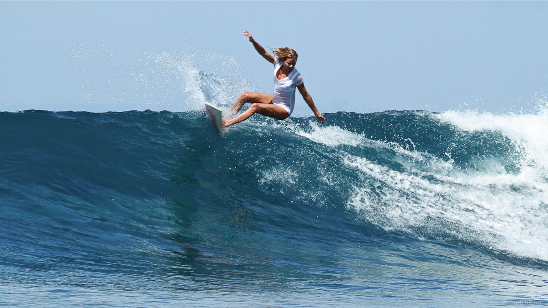 Great forehand turn on a tropical wave. Pureline Surf private surf coaching and surf guiding.