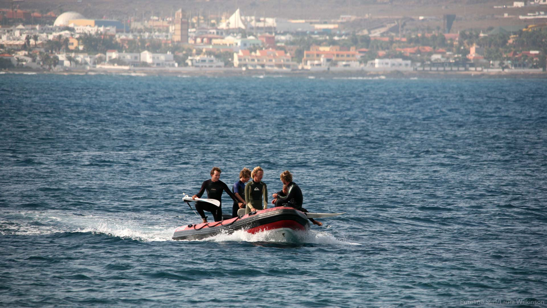 Surf boat on the way to surf Punta Lobos in Fuerteventura during a surf guiding trip with Pureline Surf